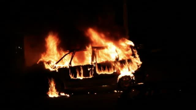 Bruciare auto a notte