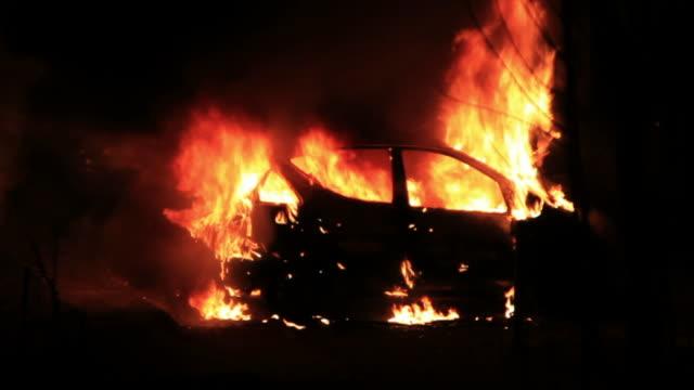 Burning Auto in der Nacht