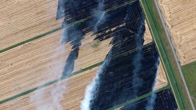 Brandend stro in de velden
