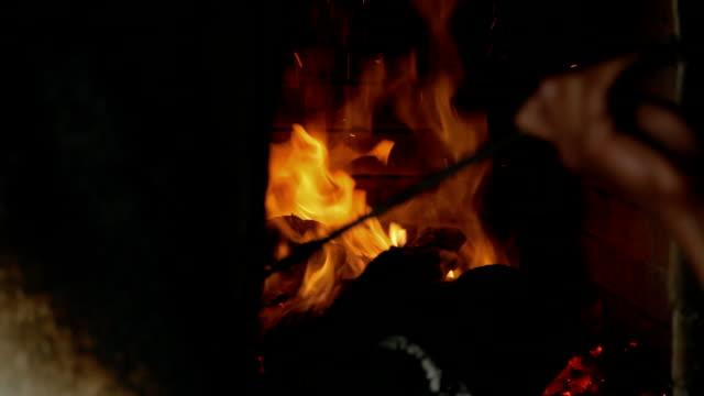 Verbrennung von Holz in einem tandoor-Ofen
