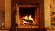 Verbrennung von Holz im Kamin. Kamin im Inneren des Hauses.