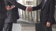 Business Handshake von zwei Männern zeigen ihre Vereinbarung unterzeichnen Vereinbarung oder Vertrag zwischen Unternehmen / Firmen / Unternehmen.