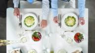 HD CRANE: Business-Mittagessen bei einem Glas Wein