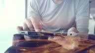 Geschäft Mann Analyse groß Daten auf Digitaltablett