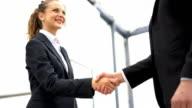 Business-Mann und Frau Händeschütteln im Büro