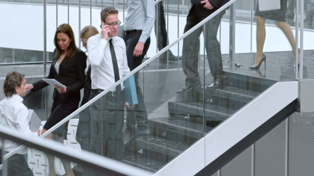 DS Business Mann angered über einen Anruf auf der Treppe