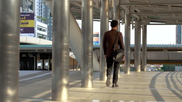Geschäftsmann zu Fuß zur Arbeit in modernen Stadt