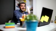 Business-Mann beobachten einige Inhalte auf Laptop