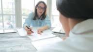 Business-meeting zwischen zwei Frauen.