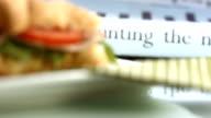 HD: Affari giornali e Croissant Sandwich