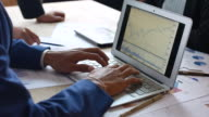 Mensen uit het bedrijfsleven een zakelijk project te ontwikkelen en analyseren van marktgegevens met Laptop