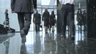 LD affärsmän promenader genom en lobby och ut ur byggnaden