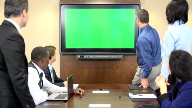 Business-Profis vor Chroma-Key-Bildschirm