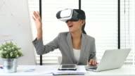 Geschäftsfrau in der vr Brille arbeiten mit laptop