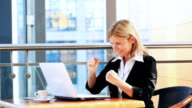 Geschäftsfrau Blick in die Statistiken für Istockphoto. Genießen Sie das Leben!