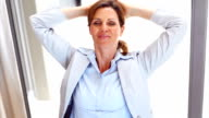 Business Frau entspannend auf ihrem Schreibtisch