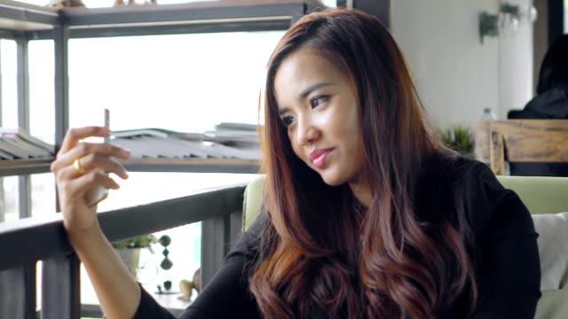 Business-Frau sitzend im Café und selfie von