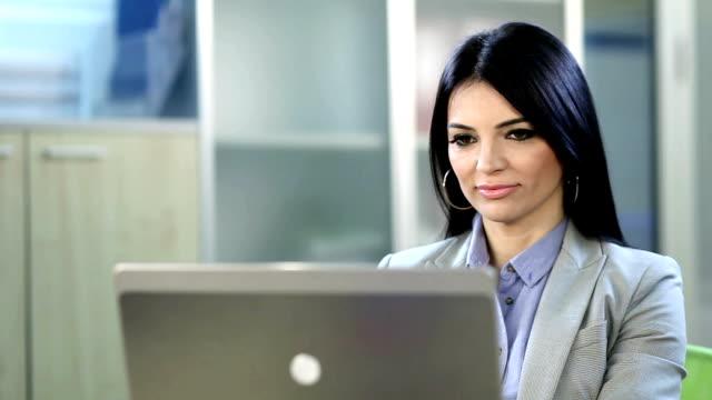 Business-Frau arbeitet auf laptop