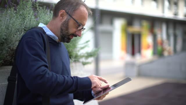 Geschäftsmann und seine tablet