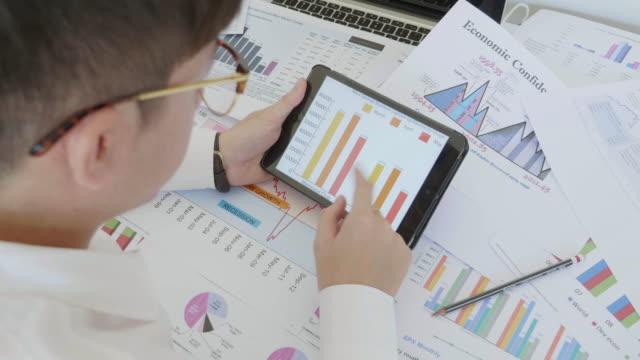 Geschäftsmann Entwicklung eines business-Projekt und analysieren Markt Daten