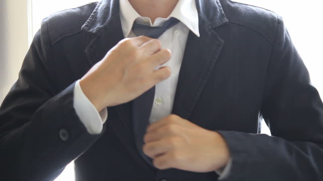 HD : Businessman dressing up