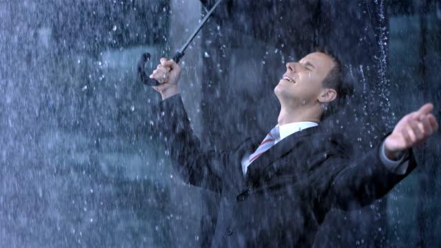 Uomo d'affari di esporre la pioggia