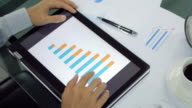 Zakenman handen aanraken op digitale tablet voor analyseren grafiek, dolly schot links naar rechts