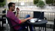 Zakenman hipster in café op werkende laptop, roken en drinken café.