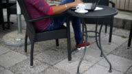 Geschäftsmann Hipster im Café am Laptop arbeiten und trinken Café.