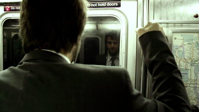 HD: Geschäftsmann Holding auf die Subway-Pole-Fels