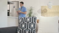 HD DOLLY: Geschäftsmann In Unterwäsche mit Videokonferenz