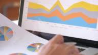 Zakenman is het analyseren van bedrijfsgegevens