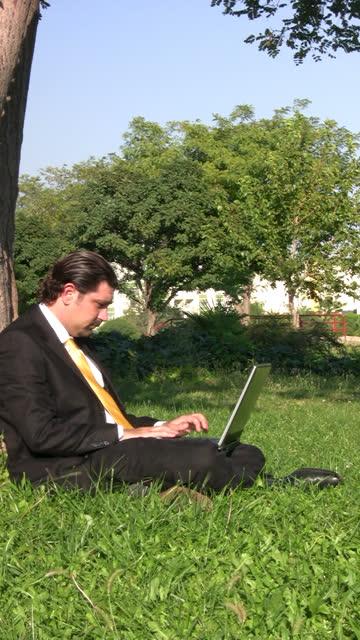 Geschäftsmann arbeitet im Freien