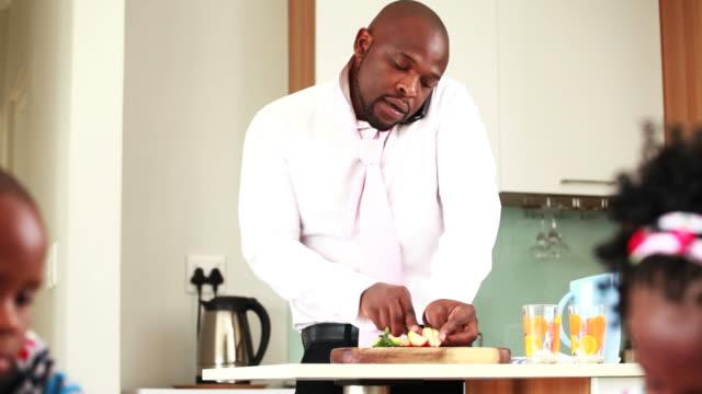 Uomo d'affari facendo colazione per i bambini