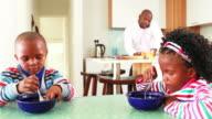 Geschäftsmann, seine Kinder Frühstück