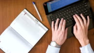 Geschäftsmann Muster auf der Tastatur und macht einen Eintrag.