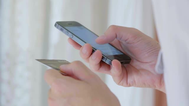 Uomo d'affari di shopping online su telefono cellulare, primo piano