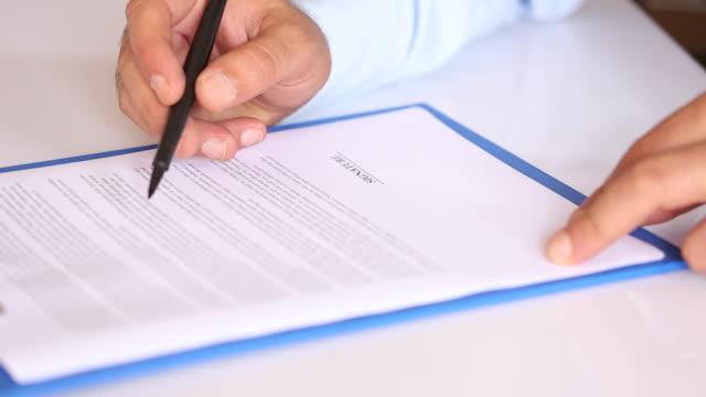 Zakenman ondertekenen Contract