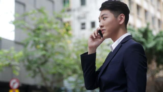 Geschäftsmann, die mit Handy auf der Straße