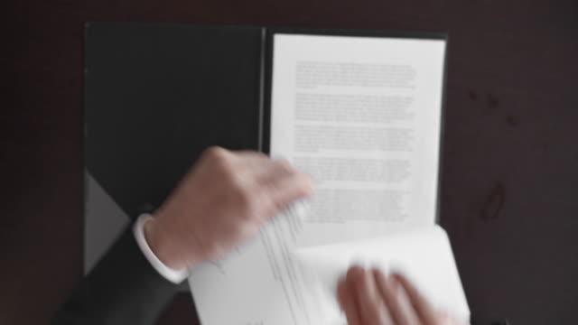 POV Geschäftsmann zerreißt den Vertrag