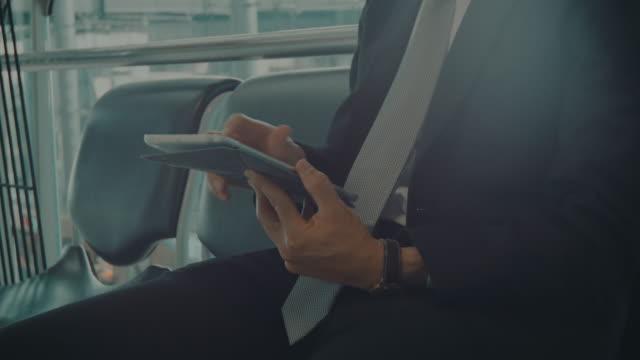 Geschäftsmann SMS auf einem Tablet arbeitet