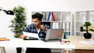 Zakenman weggooien van bestanden en documenten