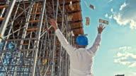 SLO MO Geschäftsmann werfen Geld auf der Baustelle