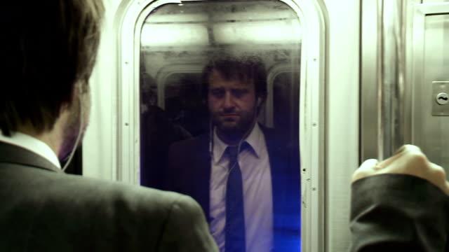 HD: Uomo d'affari in viaggio con la metropolitana