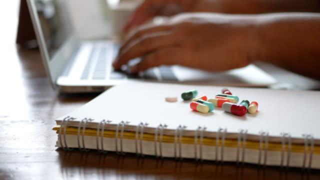 Geschäftsmann Tippen auf der Tastatur mit der Medizin