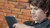 Geschäftsmann mit digitalen tablet