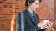 Geschäftsmann mit digitalen tablet, Dolly shot