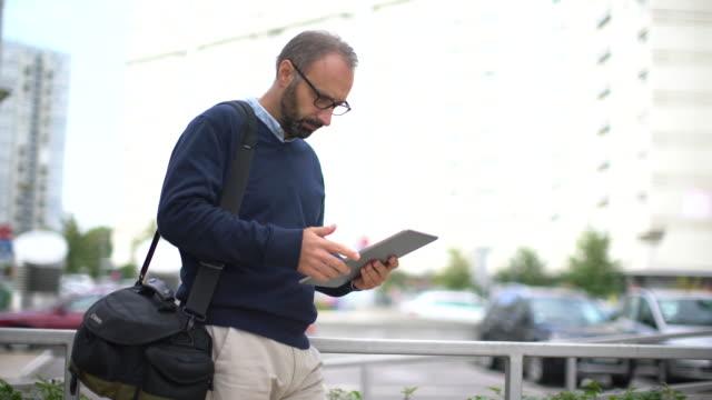 Geschäftsmann mit einem tablet arbeitet