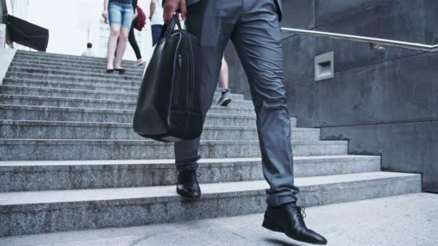 Geschäftsmann zu Fuß nach unten in die Unterführung