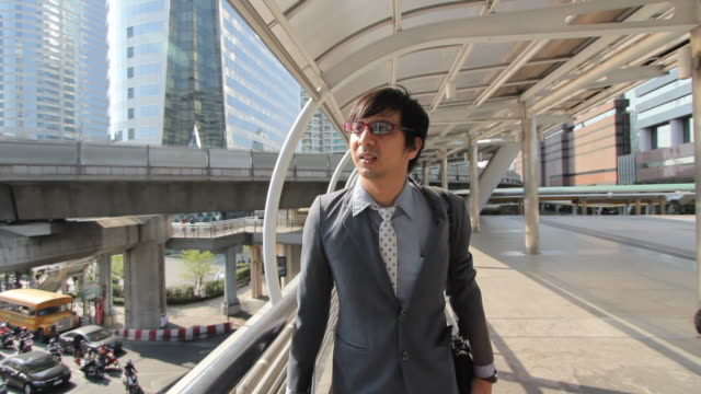 Uomo d'affari camminare sulla passerella